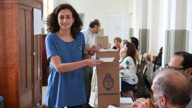 Nadia Burgos votando luego de defender sus banderas.