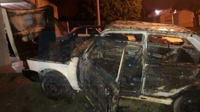 Un auto fue consumido por las llamas en Paraná. El Cuerpo de Bomberos Voluntarios tomó acción en el hecho, ocurrido en calle Miguel David y Gobernador Quiroz.
