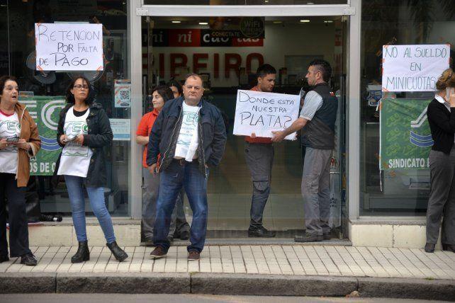 Protesta por salarios adeudados