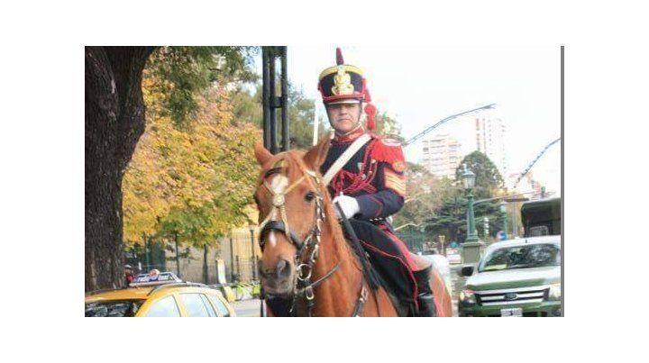 Granadero se retiró del Ejército y dona su uniforme al museo de la provincia