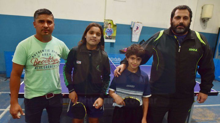 Hay equipo. Los chicos Máximo y Agustín junto con sus padres Cristian y Yamil
