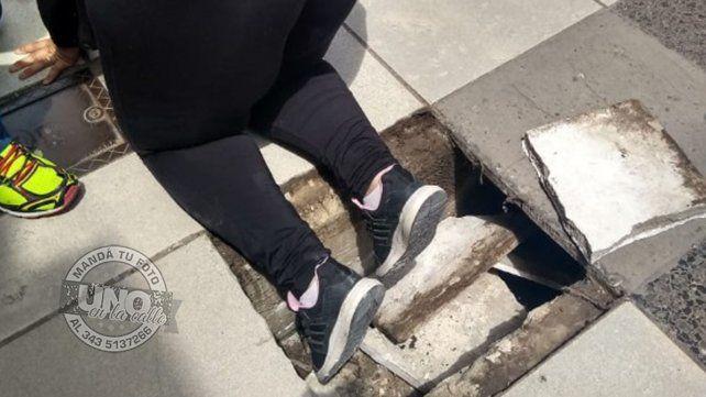 Una mujer se cayó en la peatonal al quebrarse una baldosa