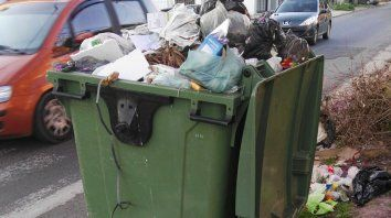 Postal repetida. Contenedores colapsados de basura acumulada por varios días en distintos barrios.