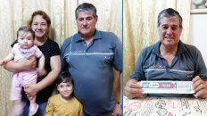 Cesar y Gabriela con dos de sus nietos, y el cupón ganador.