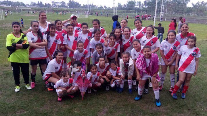 Postales. Algunos equipos decidieron regresar a sus lugares de origen y otros se animaron y jugaron igual bajo la lluvia. ¡Felicitaciones a la chicas!