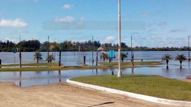 A un mes de la apertura de la temporada de verano preocupa la creciente del río Uruguay