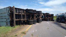 un camion volco en la ruta 14 bloqueando dos carriles