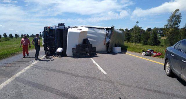 Un camión volcó en la ruta 14 bloqueando dos carriles
