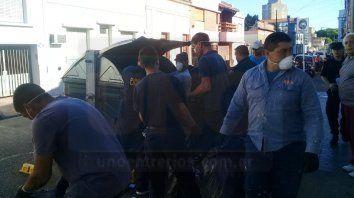 policias salieron a recolectar basura en calle tucuman