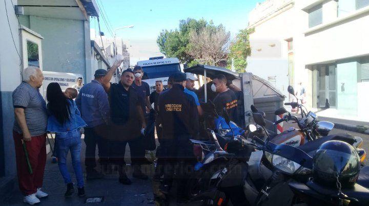 Policías salieron a recolectar basura en calle Tucumán