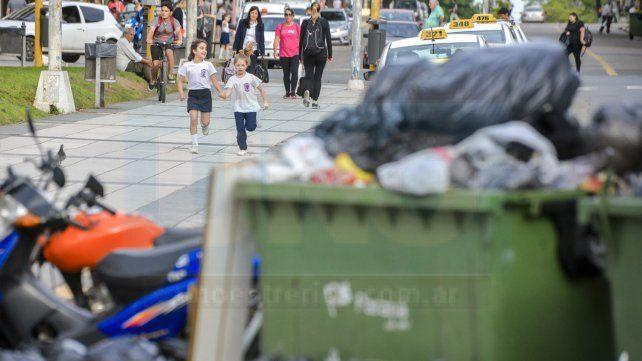 panorama. La situación profundiza el problema sistémico de Paraná con basura en arroyos y esquinas
