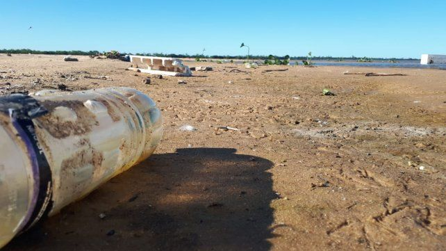 Plástico en el banco de arena.