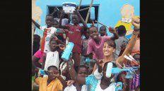 Manos a la obra. Actualmente Bárbara realiza un mural colectivo con niños y niñas en una escuela.