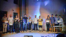 Cierre. Los ganadores de la noche y el artista invitado, Big Nacho, en la foto final de la primera de cuatro veladas culturales que se desarrollarán este mes en la Casa de la Cultura.