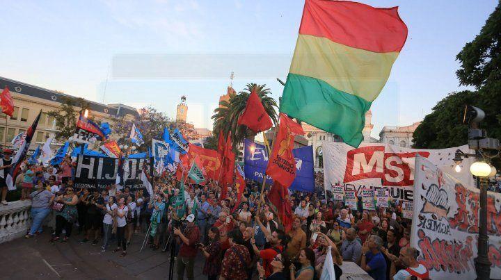 Unánime. La movilización popular reunida en Paraná condenó el golpe de Estado contra el gobierno de Evo.