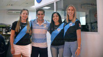 Protagonistas. Rocío Godoy (a la izquierda), Maru Leiva (en el medio) y Giuliana Lonardi (a la derecha), acompañadas por el entrenador Cristian Gareiz visitaron la Redacción de UNO.
