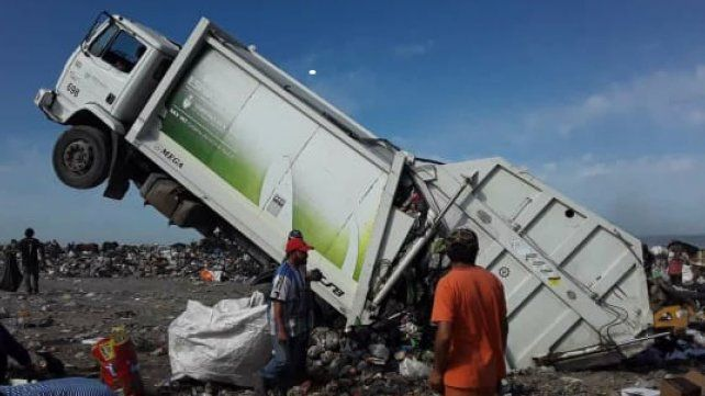 Incidente riesgoso: Un camión recolector de residuos de la Unidad Municipal II sufrió un riesgoso percance ayer en el Volcadero municipal. Al dar marcha atrás e intentar bajar los residuos