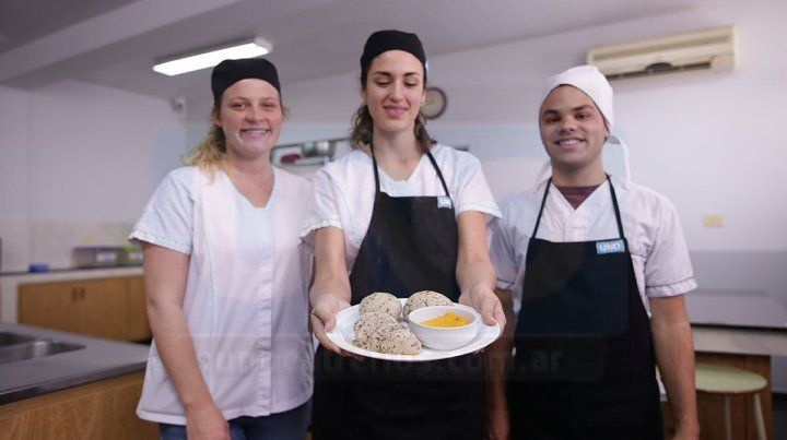 Estudiantes de Nutrición enseñan a preparar pan integral y mayonesa de zanahoria