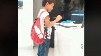 Niño pidió una tablet de un local comercial para hacer la tarea y se volvió viral