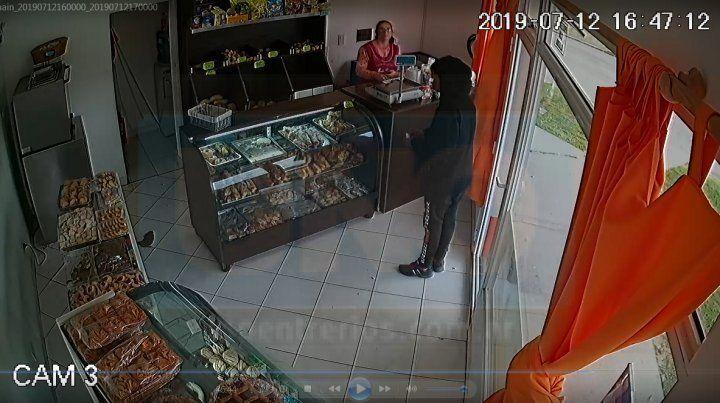 Rápido y agresivo. El asaltante amenazó a la trabajadora de la panadería.