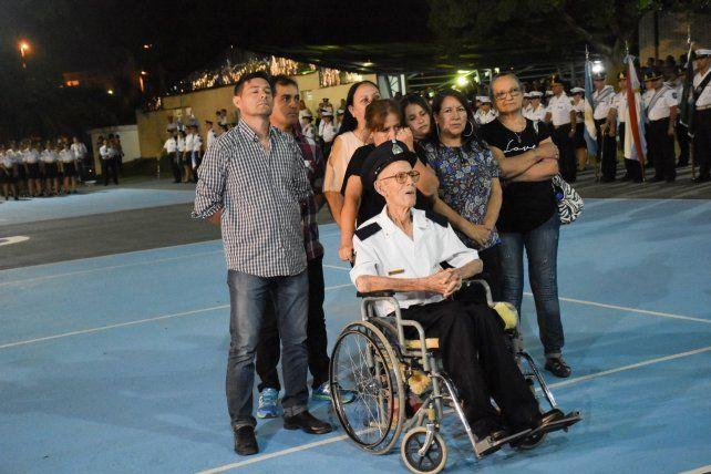 <b>Cien años</b>. El retirado de María Grande, orgulloso junto a su familia.