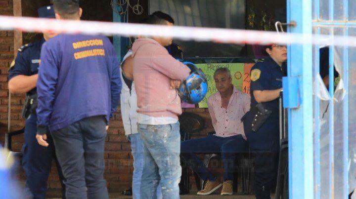 El dueño del lugar (de camisa rosada) opuso resistencia a la medida y fue detenido