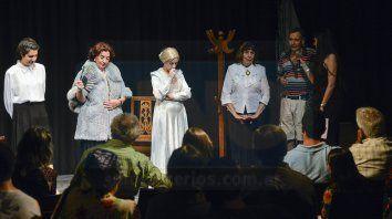 Aclamados. Las actrices y el director de la obra llegaron a Paraná desde Gualeguaychú y recibieron los aplausos y felicitaciones del público de Paraná.