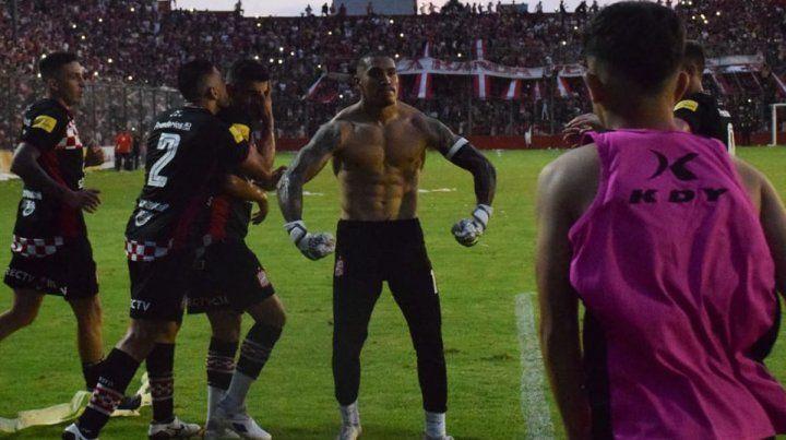 El arquero paranaense Ignacio Arce se disfrazó de goleador