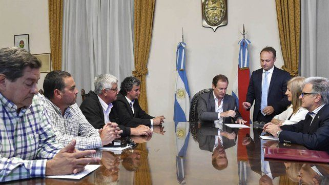 Bordet firmó contratos de obras en escuelas y hospital por 11,7 millones de pesos