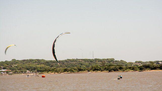 El kitesurf vuelve más linda la postal desde el río Paraná