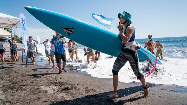 Daniela Spais llegando a la playa en busca del objetivo.