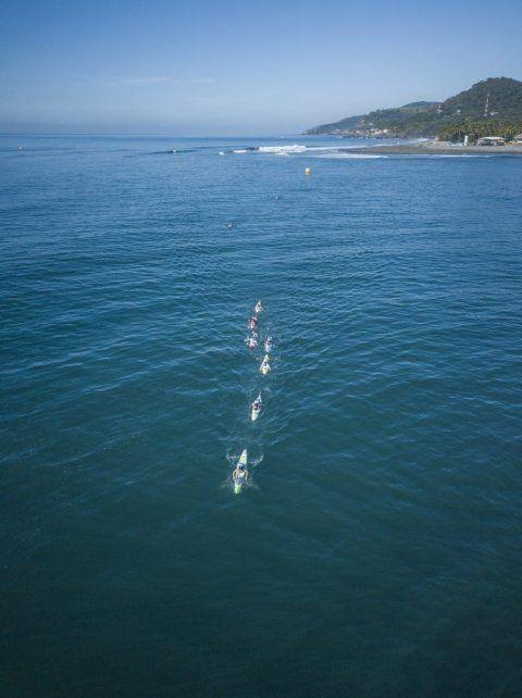 El pelotón en el mar de El Salvador.