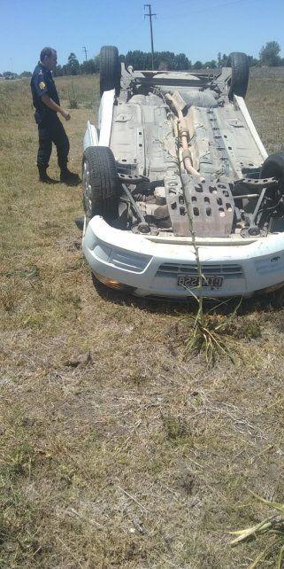 Policía volcó en su automóvil