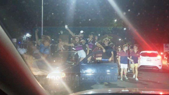 La costanera se llenó de estudiantes por los festejos de último día de clases
