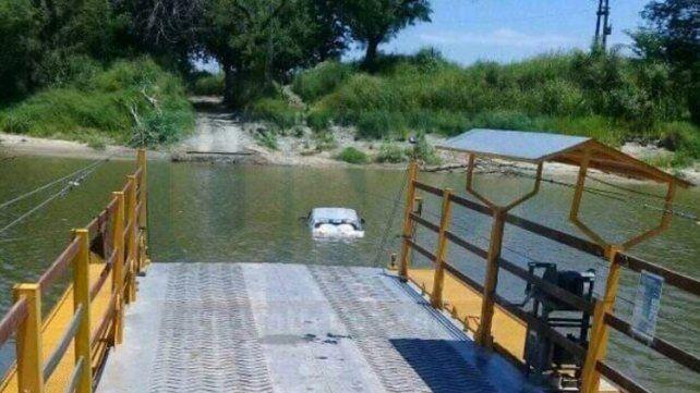Una camioneta cayó al arroyo Las Conchas desde la balsa