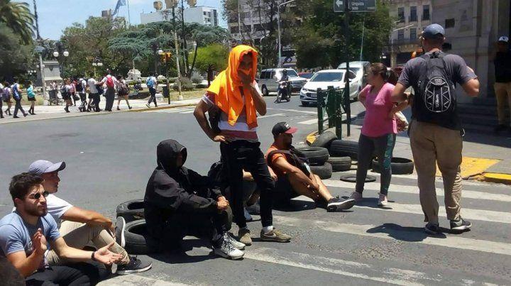 Contratados cortan la calle y mujeres se encadenan en el palacio Municipal