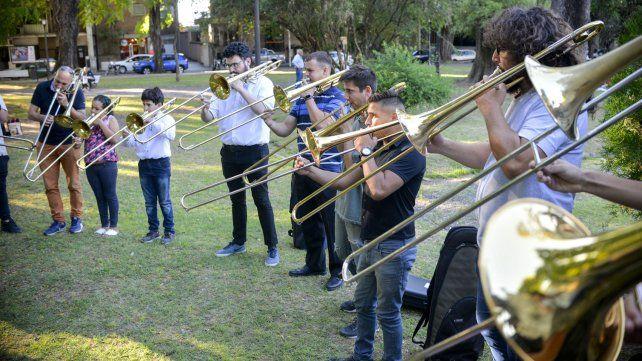 Músico de 9 y 10 años compartieron con los profesores en la plaza.
