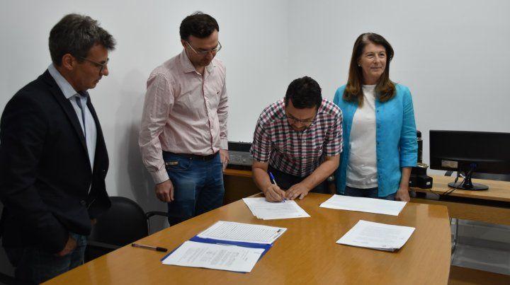 Se firmó el contrato para la adquisición de mobiliario escolar