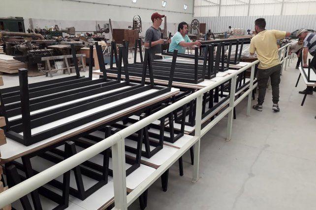 El taller industrial volvió a producir y entregó la primera tanda de mobiliario