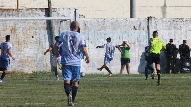 Los jugadores de Sportivo celebran el gol de Adriel Fernández.