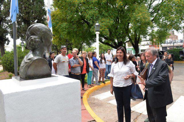Colocaron los bustos restaurados de Eva y Juan Perón