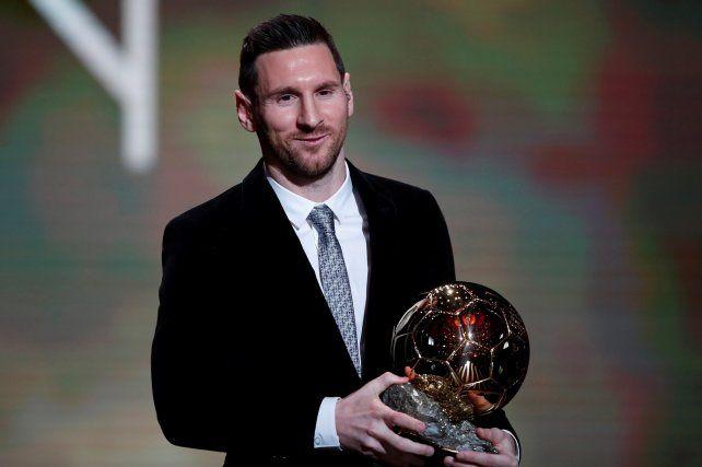 El argentino con su sexto Balón de Oro en la mano.