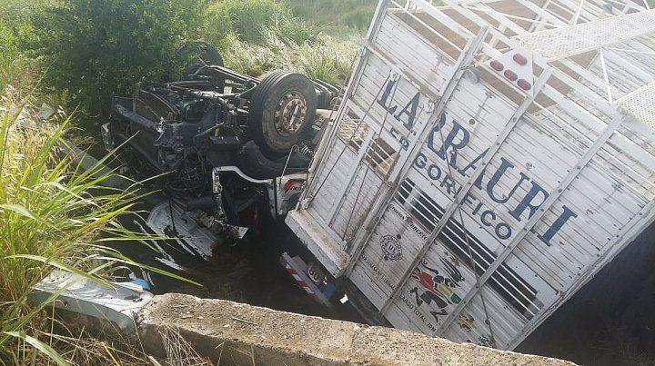 Murió un chofer al caer su camión en un aliviador de ruta 6