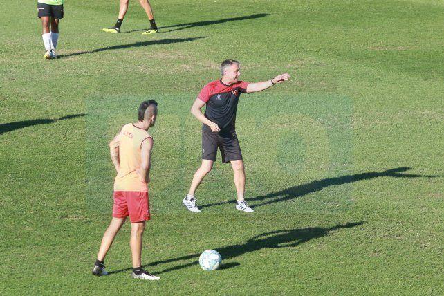 Álvarez da indicaciones ante la mirada de Chimino. El DT ya está al frente del Rojinegro.