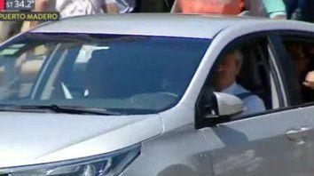 alberto llego al congreso manejando su propio auto