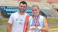 Con su formador. Vicky exhibe sus medallas junto a Alan Espinosa, su entrenador.
