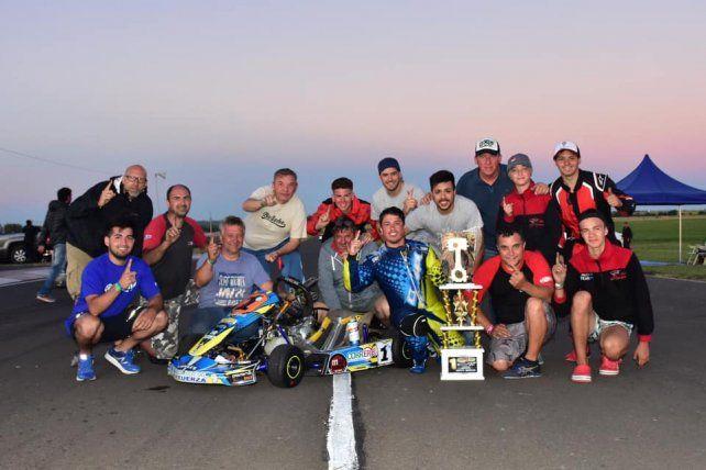 Juan Manuel Iribarren conquistó el título en la divisional Seniors y lo celebró con su equipo.
