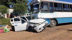 una mujer grave luego del choque de un auto contra un colectivo