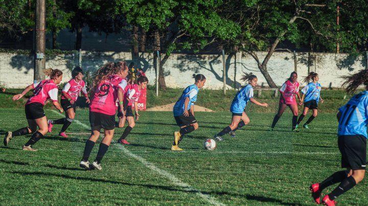De movida. Jugadoras de Paraná y la zona abrieron el juego en la hermosa tarde en el club Don Bosco.