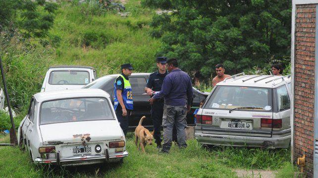 La policía buscando información para encontrar a los acesinos.